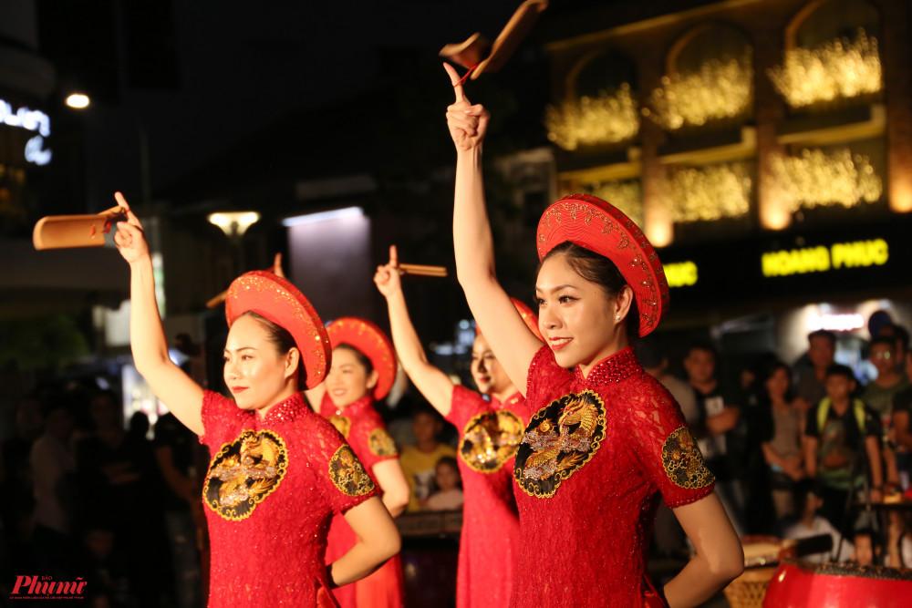 Tiết mục múa Trống Việt, sáng tác Trần Chính, do NSƯT Linh Nga biên đạo.