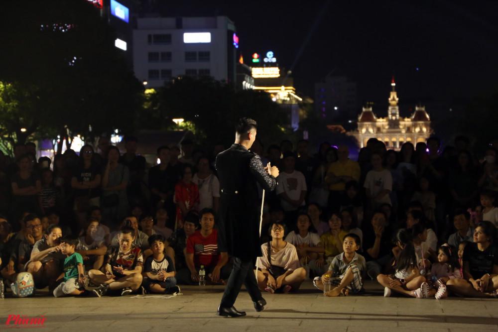 Anh dành lời cảm ơn đến những khán giả dễ thương của thành phố đã chăm chú theo dõi và mạnh dạn trở thành bạn diễn của anh trong các tiết mục.