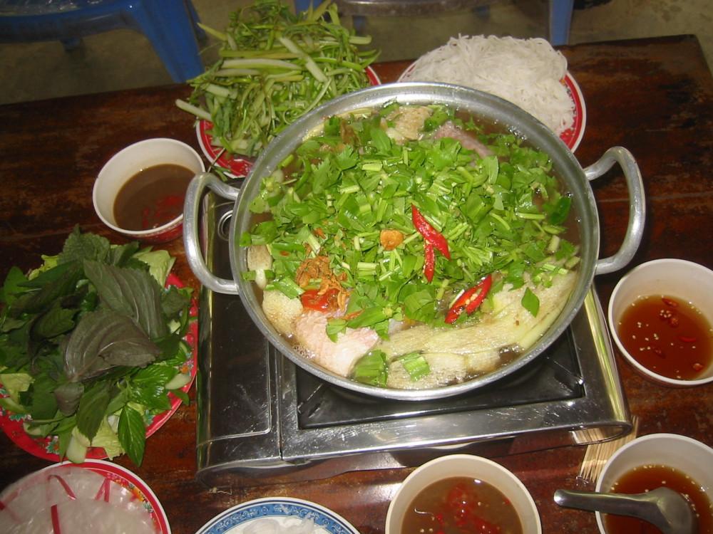 Các món ăn miền quê như cá tai tượng chiên xù, lẩu cá diêu hồng được nhiều thực khách chọn khi đến Vườn Cò.