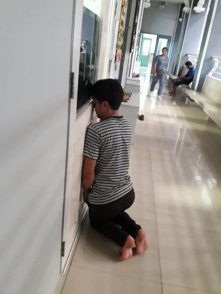 Ông bố ở Thái Lan trong ngày đầu tiền đưa con đến trường học. Ảnh từ Facebook