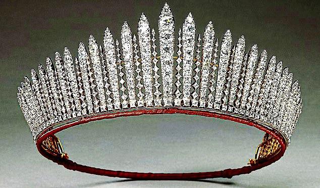 Cận cảnh chiếc vương miện được chế tác cách đây gần 100 năm.