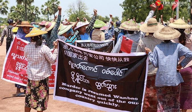 Nông dân địa phương phản đối một dự án khai thác đồng do Trung Quốc hậu thuẫn tại mỏ Letpadaung, thuộc thị trấn Salingyi gần thành phố Monywa vùng Sagaing, Myanmar vào tháng 5/2016.