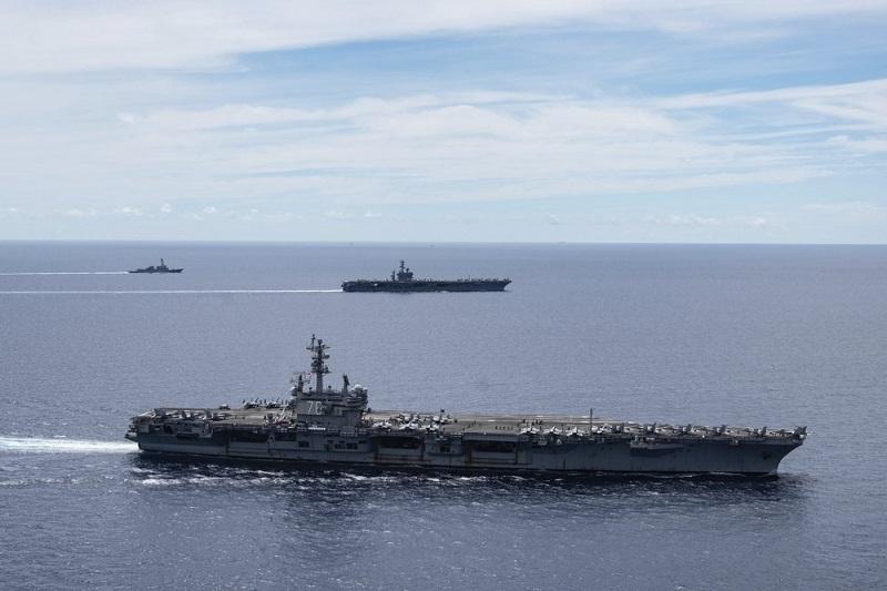 USS Ronald Reagan (CVN 76, ở gần) và USS Nimitz (CVN 68, phía xa) cùng đội tàu tác chiến đi kèm của Mỹ hoạt động ở Biển Đông vào ngày 6/7/2020.
