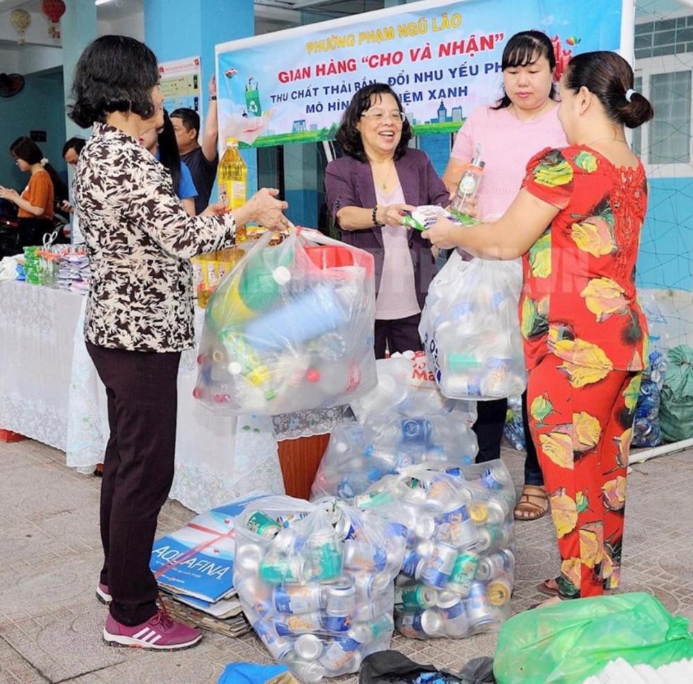 Phân loại rác tại nhà rồi đem đến điểm thu gom để đổi quà hoặc góp vào nguồn quỹ Hội để tặng học bổng hay giúp những chị em khó khăn