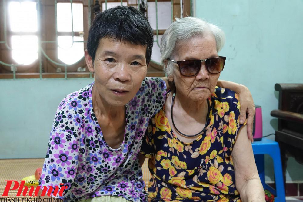 Bà Huệ cùng người mẹ già 97 tuổi.