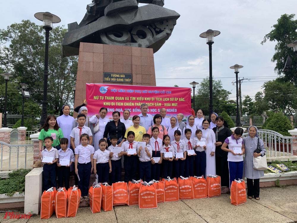 Hội LHPN huyện Củ Chi làm cầu nối chuyển những phần quà, học bổng đến các em học sinh tỉnh Bến Tre