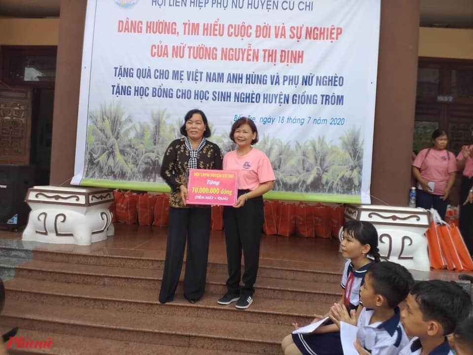 Chị Lê Thị Phương Hồ - Chủ tịch Hội LHPN huyện lên trao bảng tượng trưng tặng phần quà cho gia đình chính sách và phụ nữ khó khăn với số tiền 70 triệu.