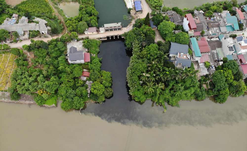 Cả khi dòng Bắc Hưng Hải sáng màu, nước dẫn vào trạm bơm các kênh, mương nhánh vẫn tràn bọt như thế này  - Ảnh: người dân cung cấp