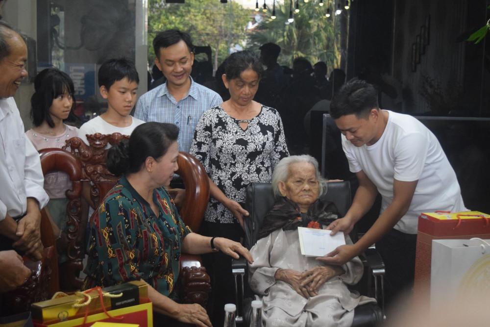Chủ tịch Quốc hội thăm Mẹ Việt Nam anh hùng Trần Thị Âm