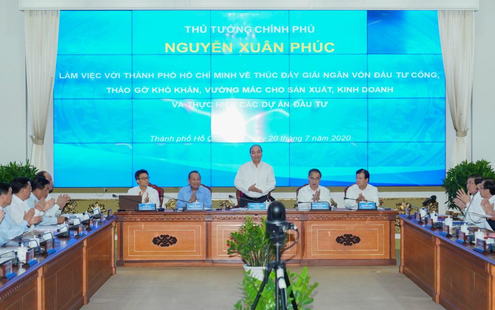 Thủ tướng Nguyễn Xuân Phúc phát biểu kết luận tại buổi làm việc với UBND TPHCM về việc thúc đẩy giải ngân đầu tư công, tháo gỡ khó khăn, vướng mắc chiều 20/7. Ảnh: TTBC