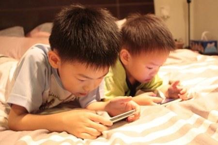 Dù hiện nay trẻ em dễ dàng truy cập internet nhưng tiếp thị trực tuyến vẫn là một lĩnh vực khá mới và thường ít bị ràng buộc bởi các quy định của pháp luật so với các hình thức tiếp thị qua truyền hình, đài phát thanh hoặc các kênh tiếp thị truyền thống khác.