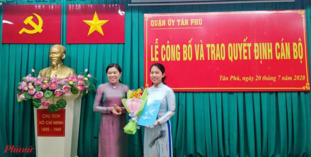 Bà Nguyễn Trần Phượng Trân - Chủ tịch Hội LHPN TPHCM trao quyết định cho bà Chung Thủy Tiên - nhận nhiệm vụ mới Chủ tịch Hội LHPN quận Tân Phú