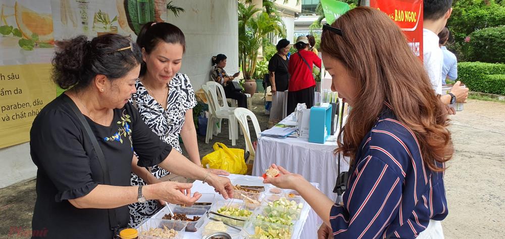 Phiên chợ kết nối nông sản, thực phẩm an toàn thu hút rất đông phụ nữ tham gia