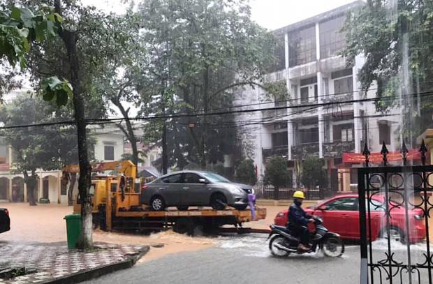 Nhiều ô tô phải gọi cứu hộ do bị ngập nước.