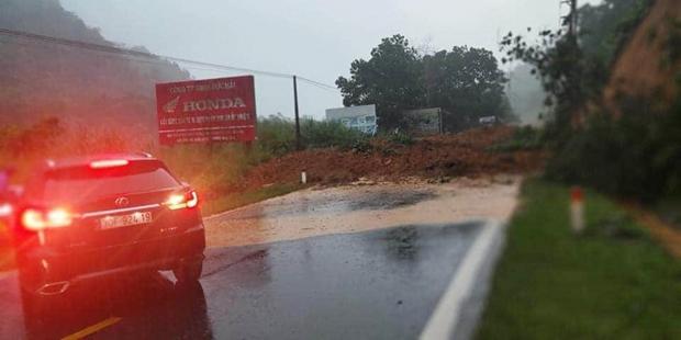 Sạt lở gây ách tắc tại km5 QL2 đường Hà Giang - Hà Nội.