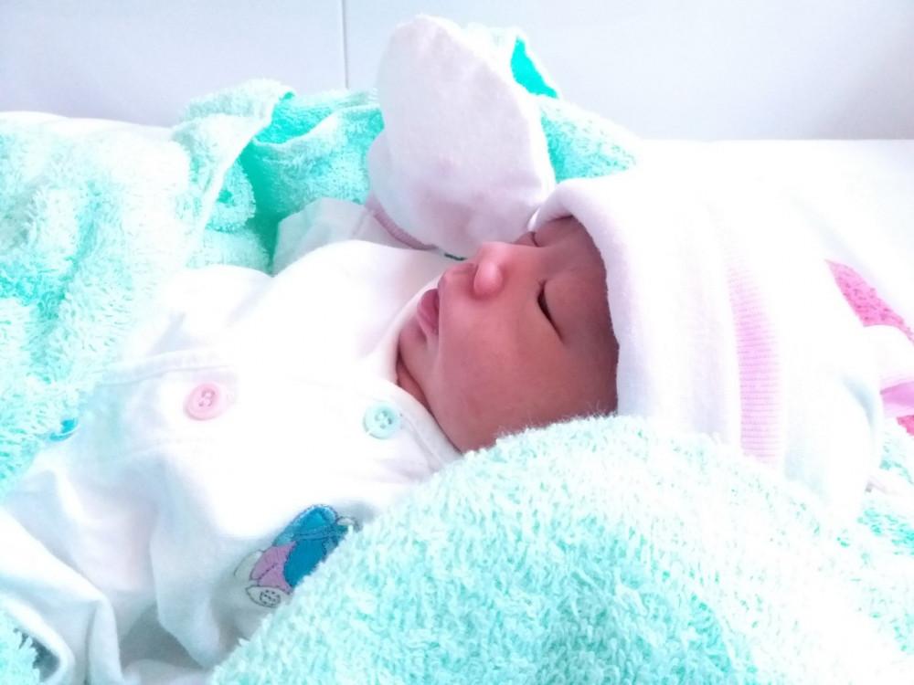 Trước bé gái dễ thương này, chị H. cũng sinh một bé trai 2 tuổi tại Bệnh viện Quận 2, ảnh CTXH