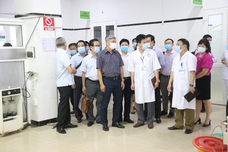 Đoàn công tác đến thăm và làm việc tại Bệnh viện Đa khoa vùng Tây Nguyên