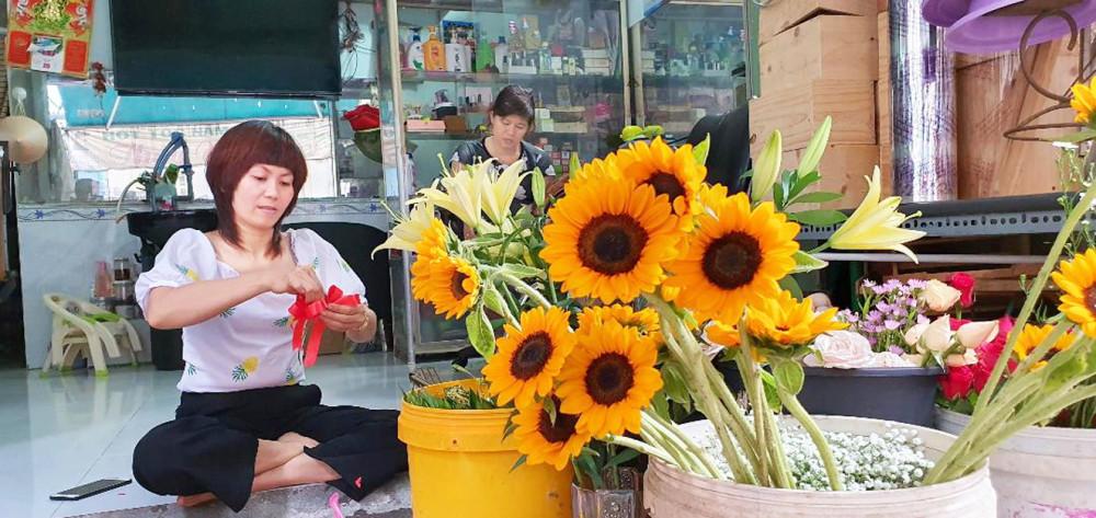 Công việc cắm hoa trở thành nghề chính giúp chị Tuyết có thu nhập ổn định