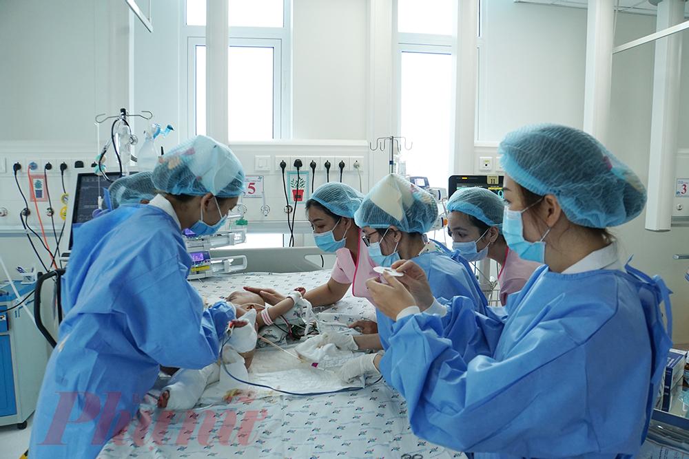 Mỗi đợt thay băng, chăm sóc vết thương mất khoảng hơn 1 giờ đồng hồ, chưa kể các khâu chuẩn bị cho bé