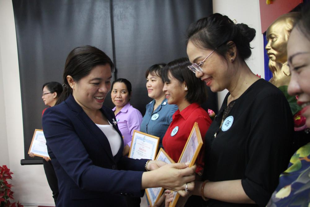 Bà Nguyễn Trần Phượng Trân - Chủ tịch Hội LHPN TP.HCM trao bằng khen cho tập thể, cá nhân có thành tích chống dịch Covid -19
