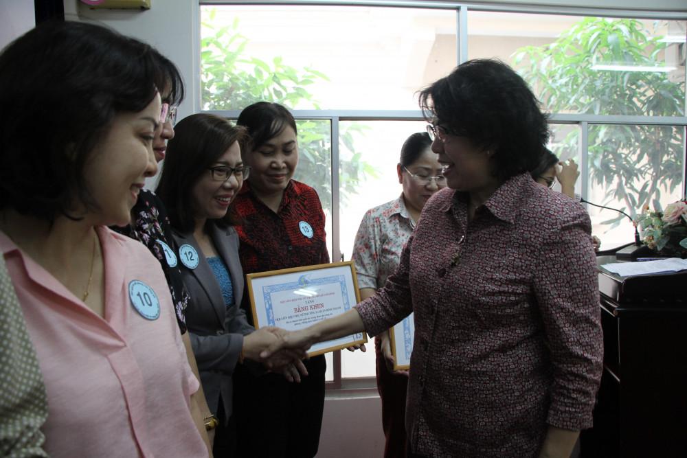 Bà Tô Thị Bích Châu - Chủ tịch UBMTTQVN TP.HCM tặng bằng khen cho tập thể, cá nhân có thành tích tham gia chống dịch Covid -19