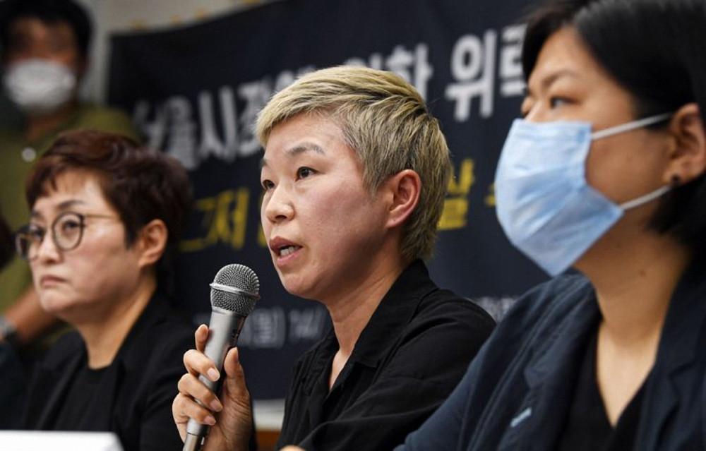 Bà Kim Jae-ryun (giữa) - luật sư của cựu thư ký thị trưởng, người đã buộc tội Park Won-soon quấy rối tình dục - phát biểu trong một cuộc họp báo ở Seoul ngày 13/7 - Ảnh: The Korea Times