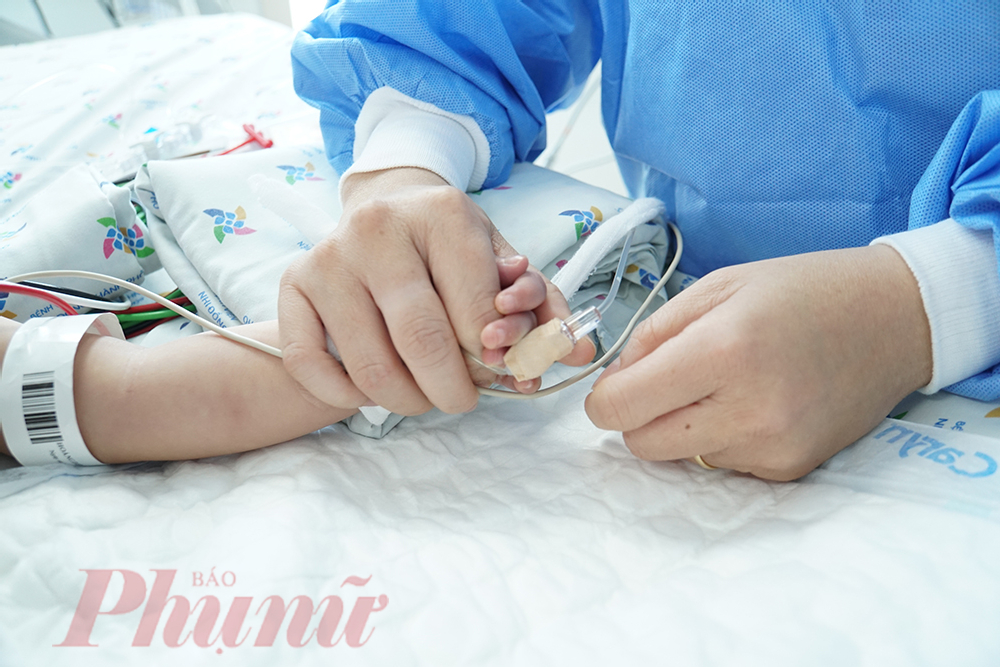 Bé nắm chặt tay của điều dưỡng Lan Anh