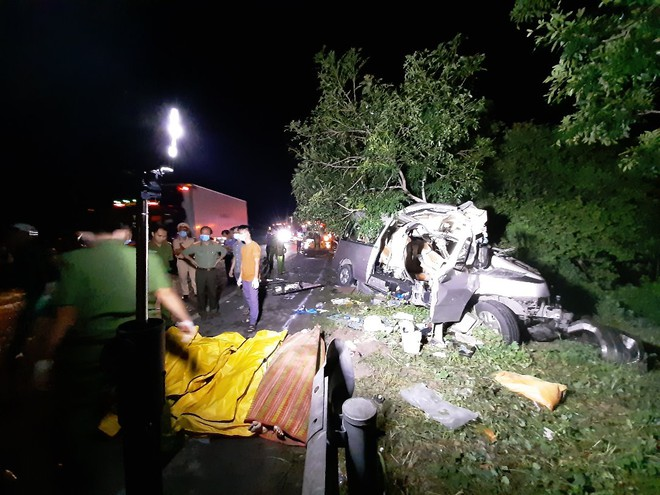 Hiện trường vụ tai nạn thảm khốc tại Bình Thuận làm 8 người chết vào sáng sớm nay tại Bình Thuận
