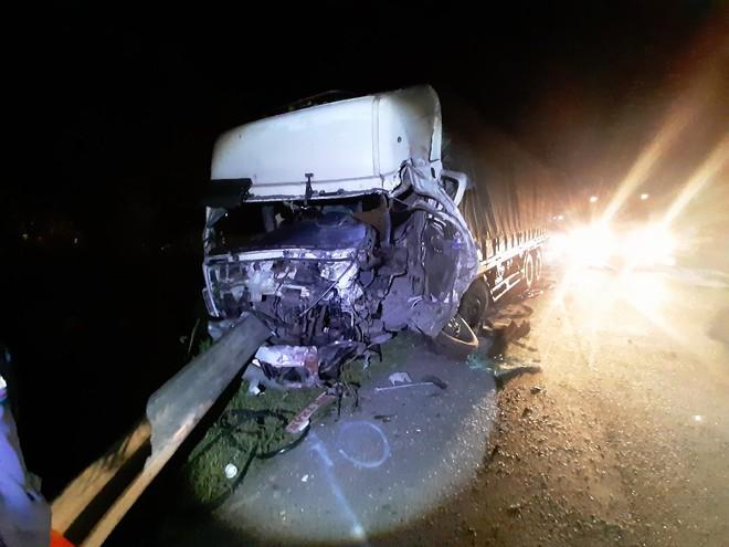 Cú va đập quá mạnh khiến đầu xe tải biến dạng - Ảnh Quế Hà/Thanh Niên