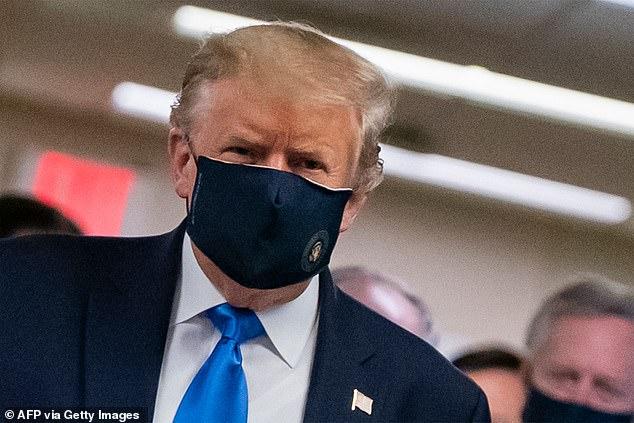 Tổng thống Donald Trump trong chuyến thăm tới Trung tâm Quân y Quốc gia Walter Reed.