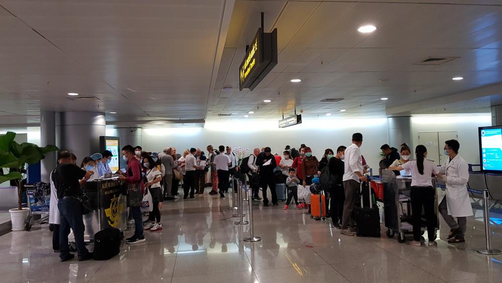 Nhân viên y tế kiểm soát dịch COVID-19 tại sân bay