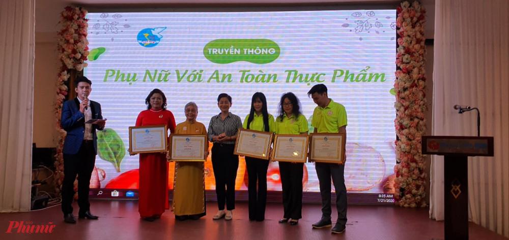 Trung ương Hội LHPN Việt Nam tặng bằng khen cho các cá nhân có thành tích trong thực hiện chủ đề năm 2019 An toàn cho phụ nữ vả trẻ em.