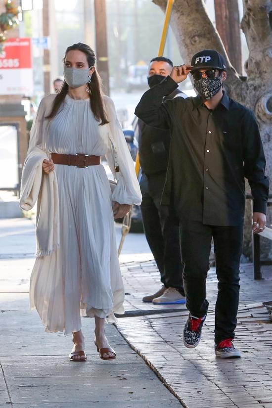 Angelina Jolie đi cùng con trai Pax Thiên vào tuần trước