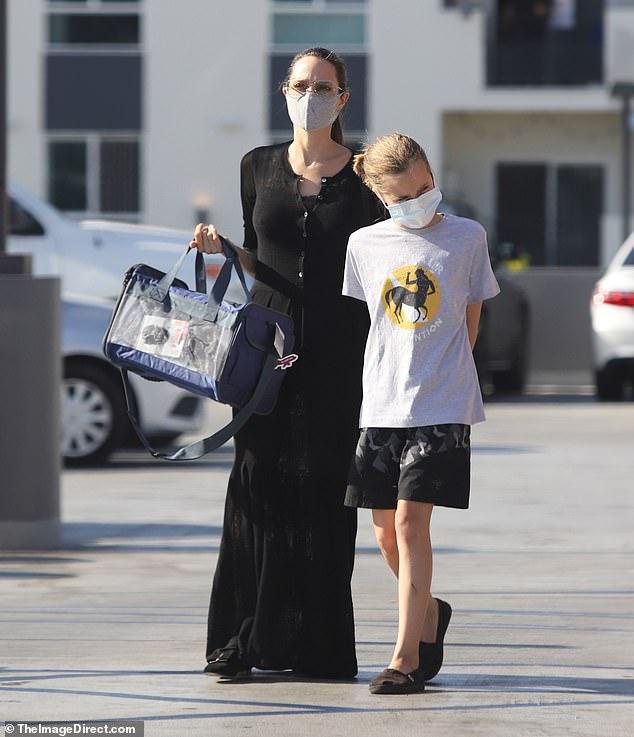 Angelina Jolie và con gái được chụp lại khi đang đi đến cửa hàng thú cưng.