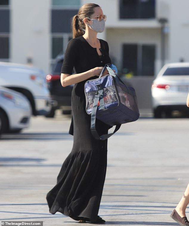 Nữ diễn viên thường xuyên chọn những bộ váy dài, thiết kế đơn giản để mặc mỗi khi ra ngoài.