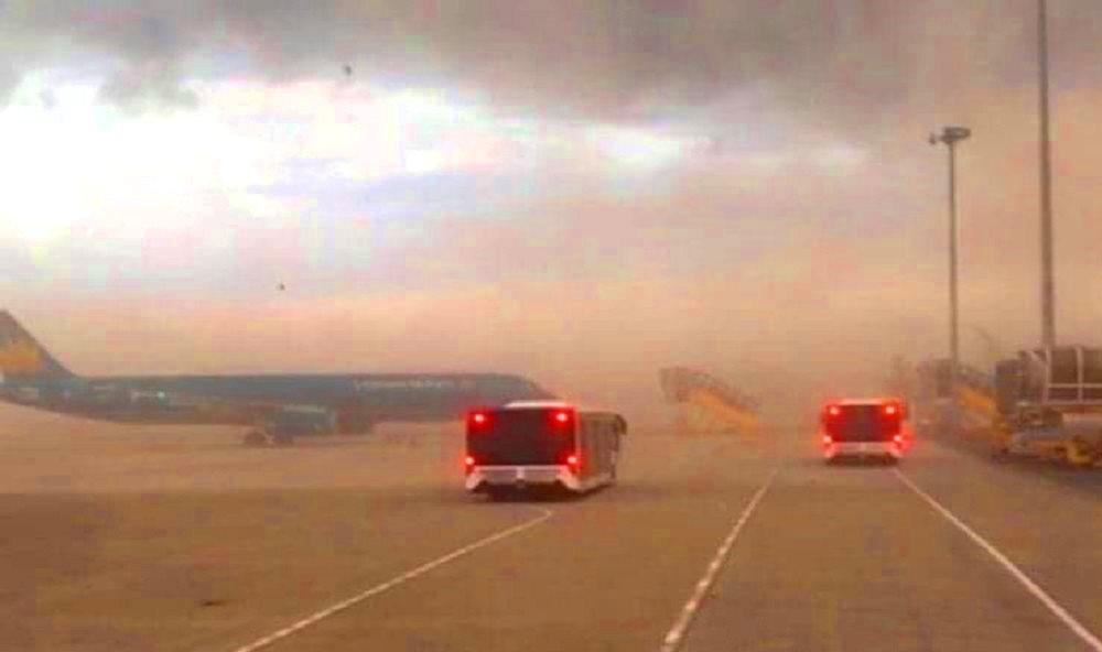 những đám bụi lớn theo gió từ công trình dự án làm mịt mù ở khu vực sân đỗ máy bay được cho đã xuất hiện vào chiều 16/7