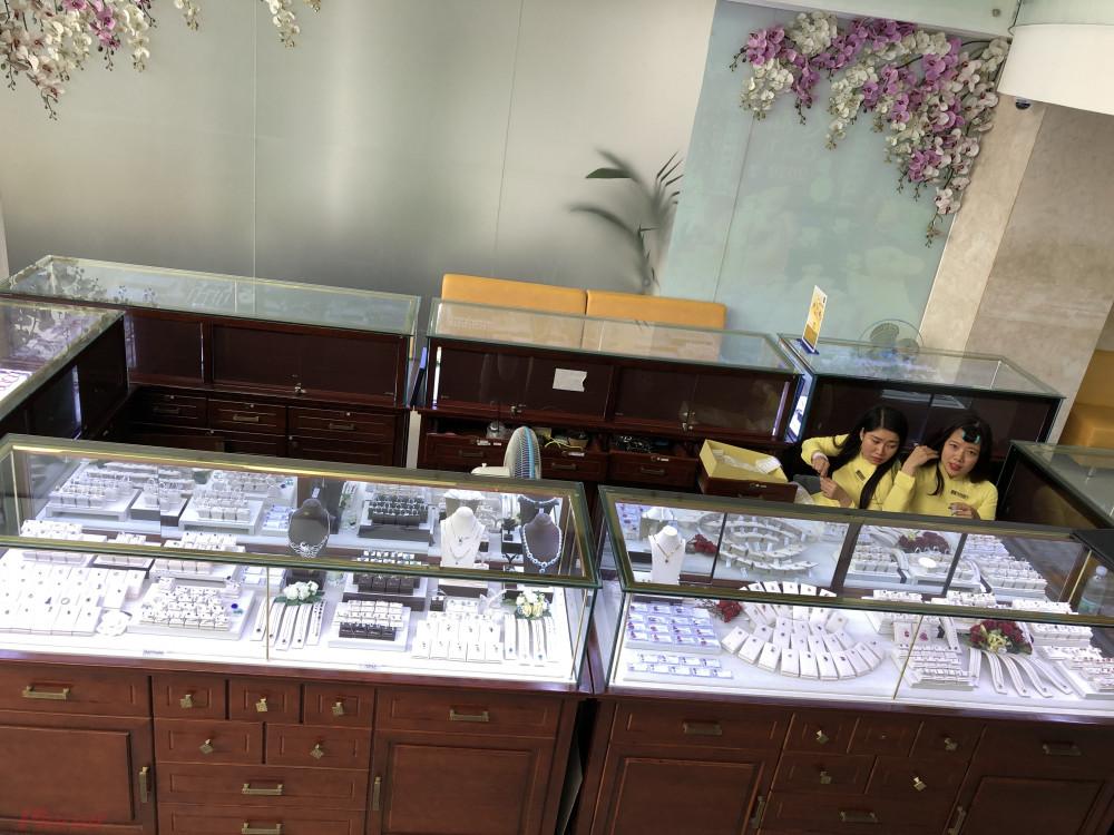 Thậm chí ngay tại công ty SJC, khách chỉ mua vàng miếng, khu bán vàng trang sức rất hiếm người mua