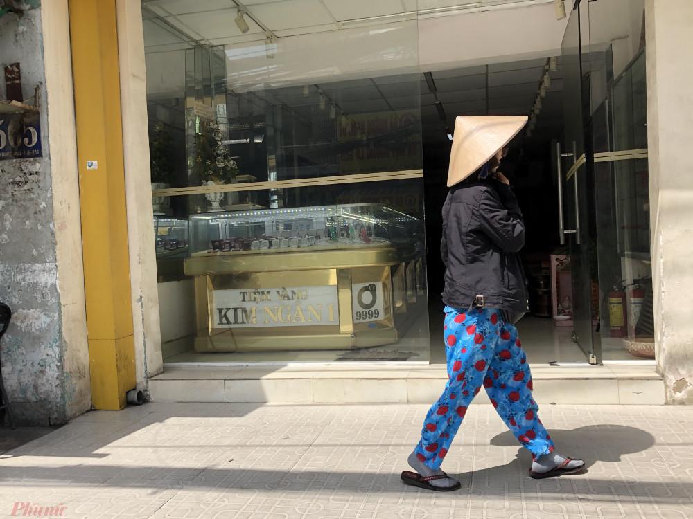 Các cửa hàng vàng tại khu vực chợ Hòa Hưng (quận 10, TPHCM) không một bóng khách