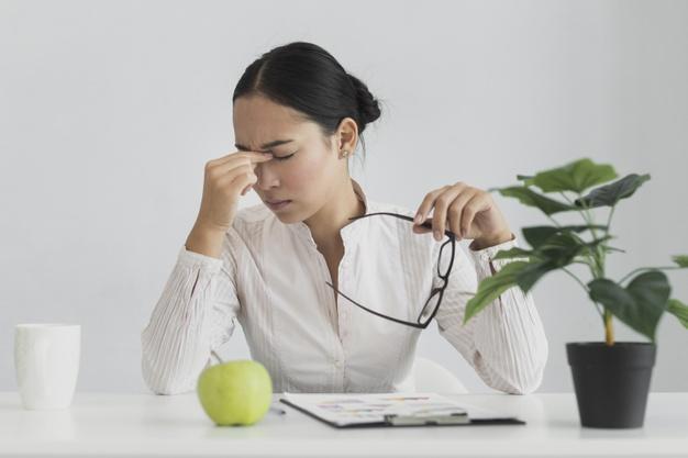 Nhiều chị em từng đau đầu với câu hỏi, chịu đựng hay chấp nhận mất việc. Ảnh minh họa