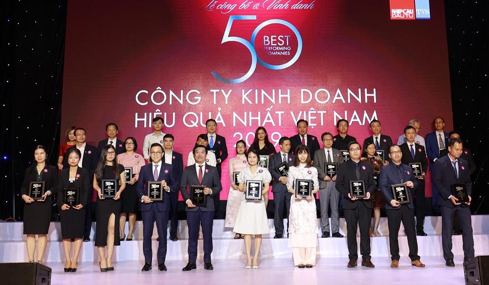 """Ông Đỗ Thanh Tuấn - Giám đốc đối ngoại Công ty Vinamilk (hàng đầu, thứ 5 từ trái sang) - tại lễ vinh danh """"Top 50 công ty kinh doanh hiệu quả nhất Việt Nam"""""""