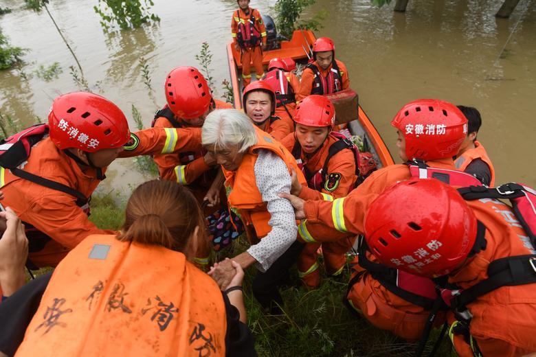 Lực lượng cứu hộ đang sơ tán người dân ra khỏi vùng bị lũ lụt xung quanh khu vực đập Hướng Gia Bá trên sông Hoài Hà, tỉnh An Huy hôm 21/7.