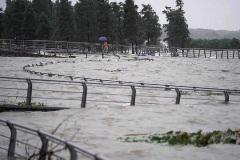 Nước lũ tràn ra trắng xoá một vùng xung quanh hồ Thái Hồ, tỉnh Chiết Giang, Trung Quốc hôm 15/7.