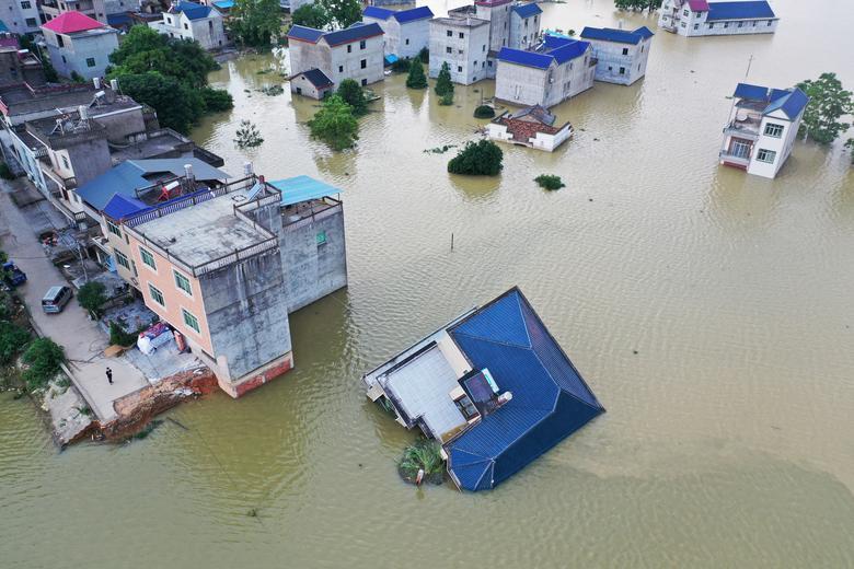 Một ngôi nhà kiên cố đổ sụp cho thấy rõ sức mạnh của dòng nước trong đợt lũ lụt này.