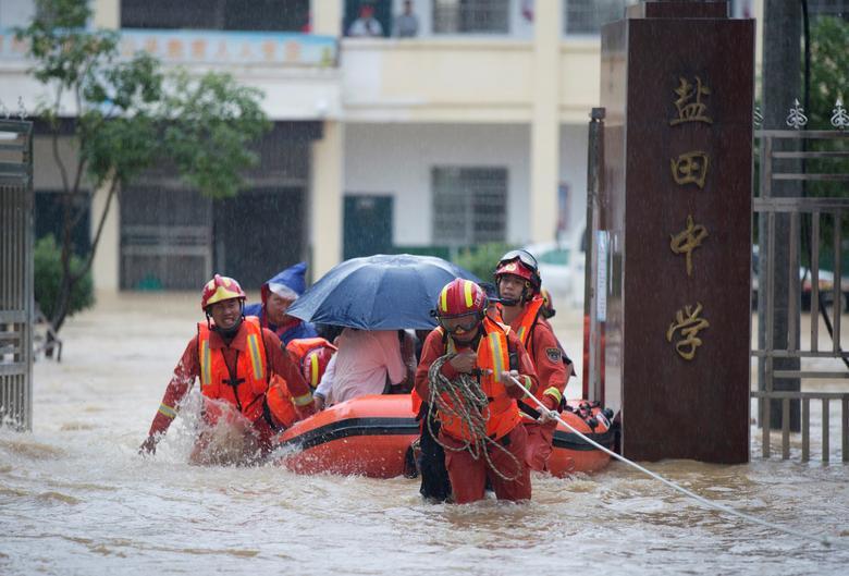 Mưa lớn, nước lũ ập tới bất ngờ khiến học sinh ở một trường học tại tỉnh Giang Tây bị mắc kẹt. Lực lượng cứu hộ đã có mặt kịp thời để sơ tán.