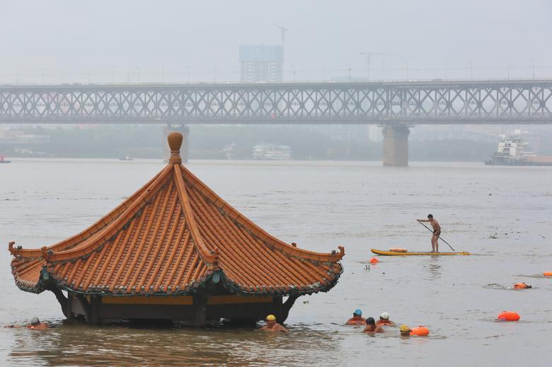Mặc cảnh báo sự nguy hiểm của mưa lũ, một số người vẫn vô tư bơi lội trên sông Trường Giang, đoạn qua tỉnh Hồ Bắc.