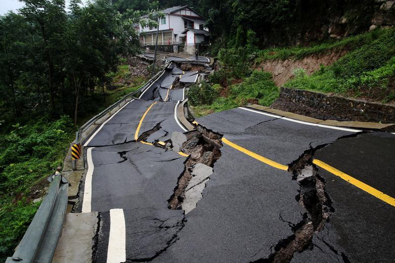 Một đoạn đường bị hư hại hoàn toàn khi lũ quét qua Kiềm Giang, Trùng Khánh hôm 4/7.