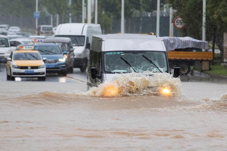 Xe ô tô như bơi giữa dòng nước tại tỉnh Hồ Bắc. Mưa lũ khiến giao thông tại nhiều địa phương bị tê liệt.