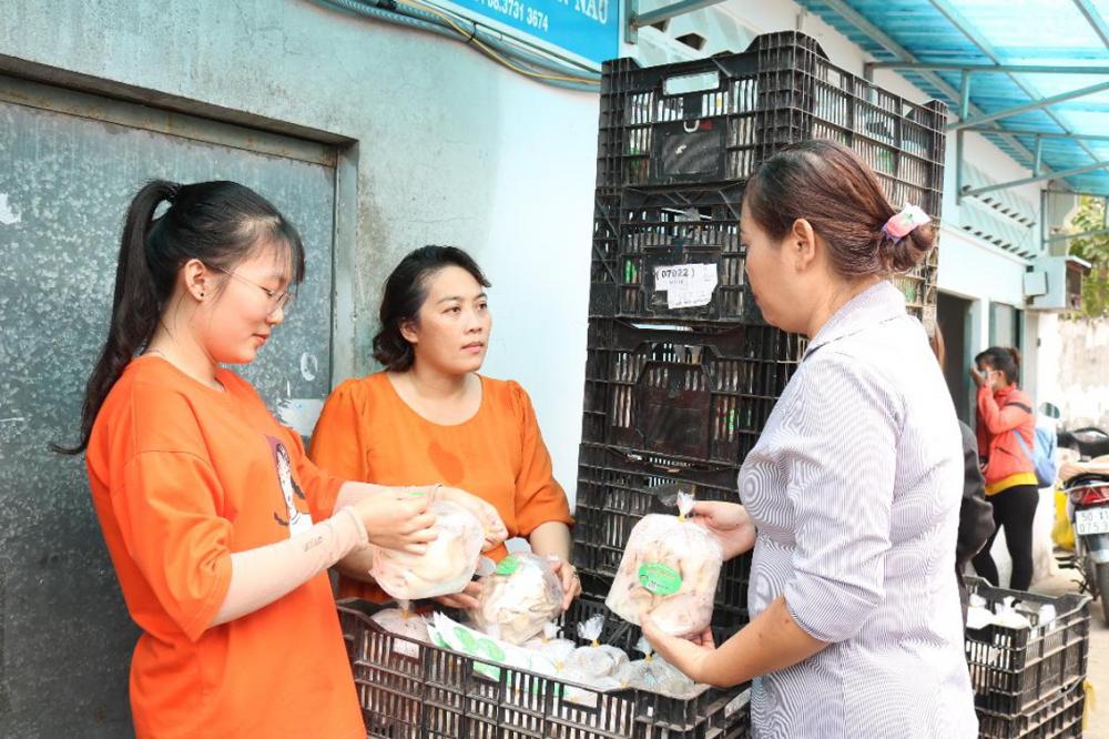 Chị Hoàng Thị Thanh Thảo (giữa) giới thiệu sản phẩm nấm bào ngư với khách hàng