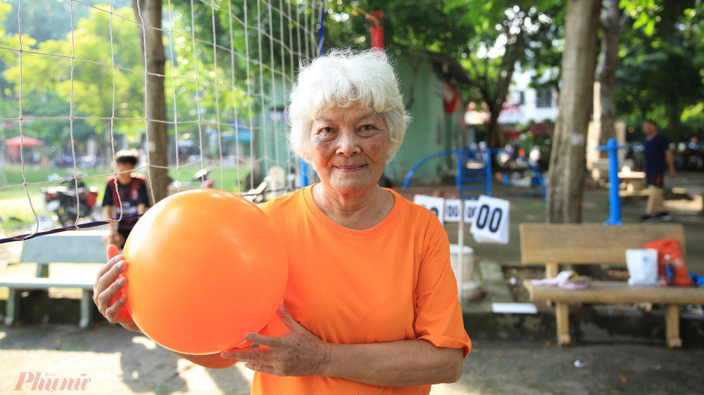 Bà Tư năm nay đã 77 tuổi quê Bến Tre sống tại quận Gò Vấp thành phố Hồ Chí Minh, mỗi sáng bà vẫn có mặt đều đặn tại khu vực chơi bóng chuyền để đánh với mọi người.