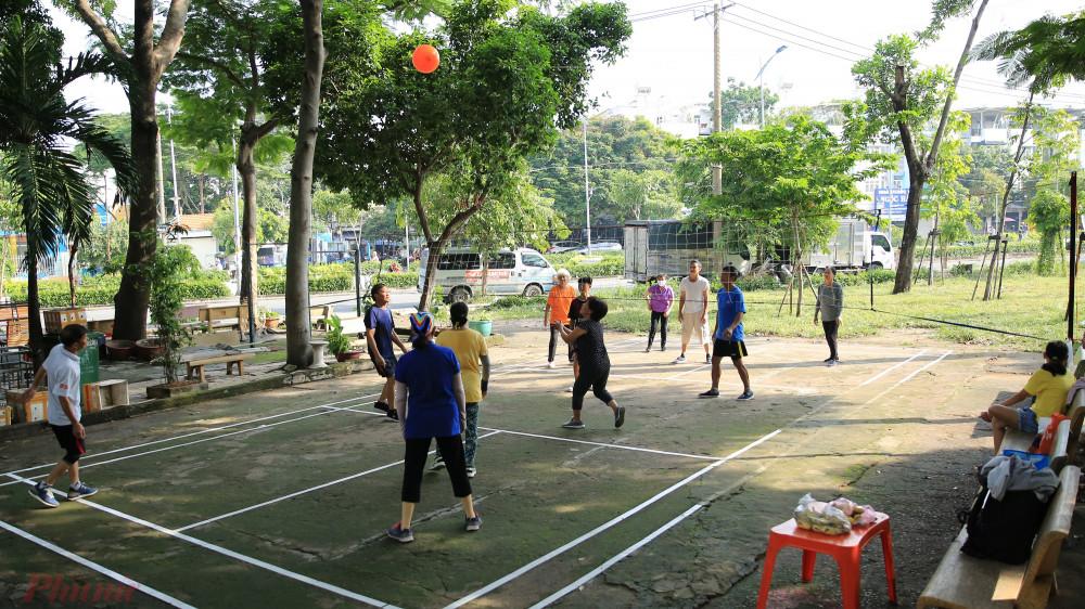 Họ là những người về hưu yêu thích môn bóng chuyền nên rủ nhau chia đội đánh bóng với nhau.
